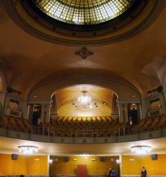 Kinosaal mit Empore und Kuppel